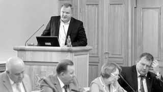 Гендиректор АРЖС Юрий Шабусов (на трибуне) постарался убедить членов областного инвестсовета в необходимости масштабных затрат на формирование фонда арендного жилья