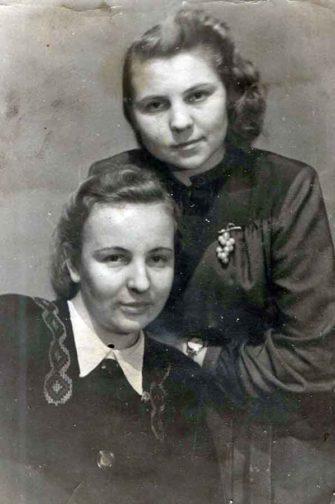 В именном списке безвозвратных потерь личного состава 119-й гвардейской Режицкой Краснознаменной стрелковой дивизии значится, что Матвеева Мария Николаевна (на фото слева) умерла от ран и похоронена в деревне Румбу.