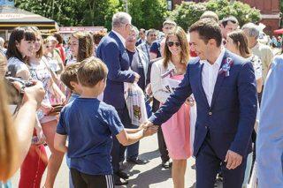 Пожать руку мэру — мечта всех мальчишек.