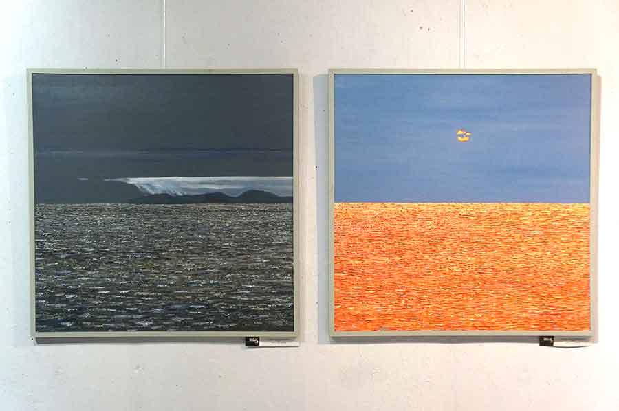Эти работы напоминают колористические эксперименты Марка Ротко, пока не присмотришься и не разглядишь в этих квадратных полотнах фактурные пейзажи.