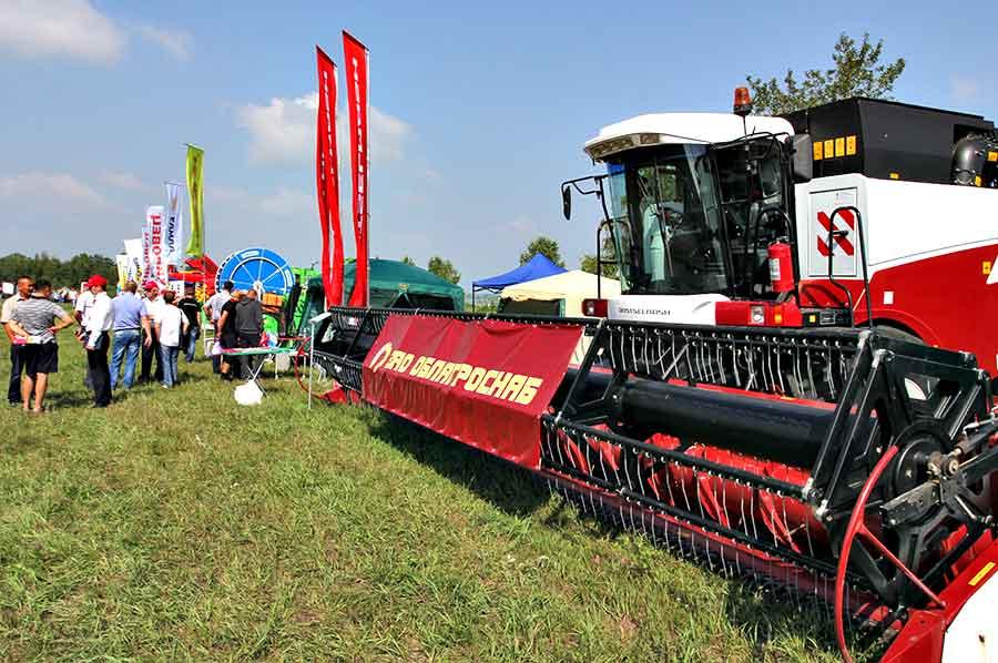 На выставке было представлено более 50 единиц новейших образцов сельскохозяйственной техники: тракторов, комбайнов, почвообрабатывающих и посевных комплексов.