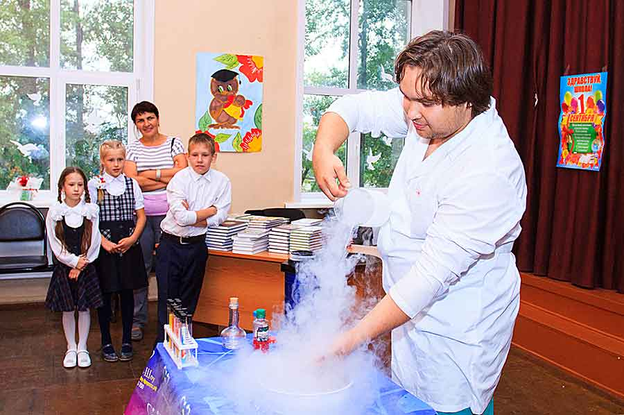 Профессор Всезнайкин показал активным и любознательным маленьким зрителям, как жидкий азот воздействует на живые организмы, замораживает воздушные шары и как с его помощью можно сделать мегатуман.