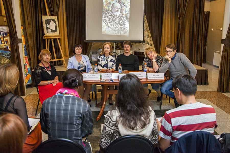 В программе фестиваля запланированы творческие встречи с писателями, режиссерами и сценаристами.