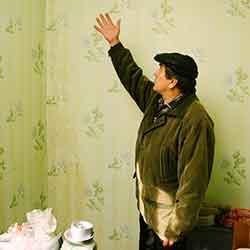 По словам жильцов, квартиры топило и через крышу, хотя кровлю вообще-то в этом году отремонтировали.