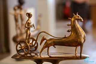 Композиция «Колесница» выполнена по мотивам древних петроглифов и напоминает оживший наскальный рисунок.