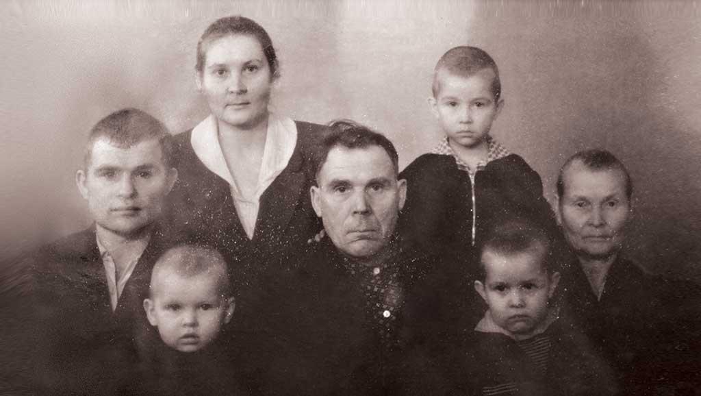 Володя Астафьев с дедом, бабушкой, папой, мамой и братьями.