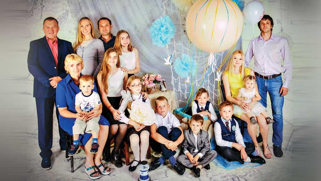 Супруги Астафьевы в кругу детей и внуков.