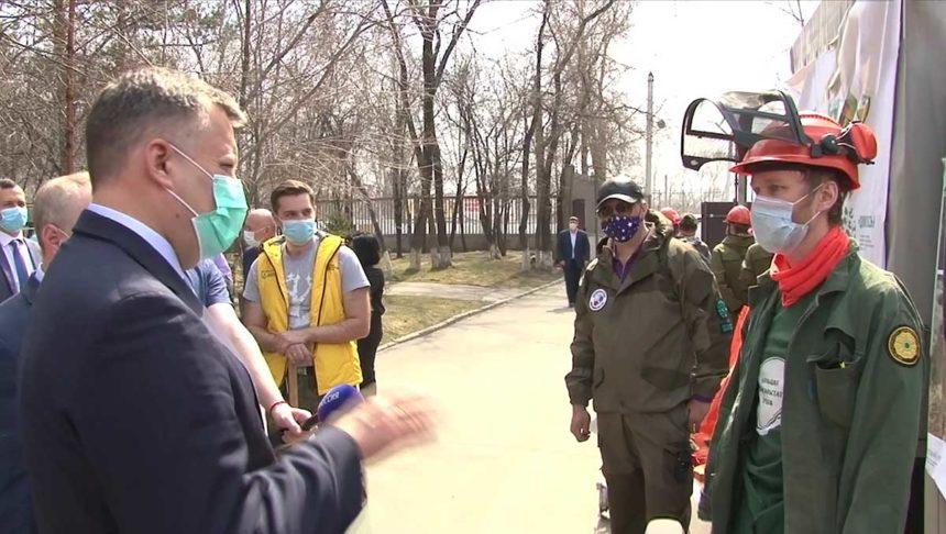 Игорь Кобзев общается с волонтёрами
